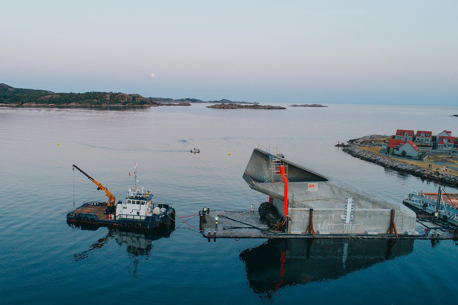 FFS Ares i aksjon under slepet av betongkonstruksjonen. Båten er senere solgt.